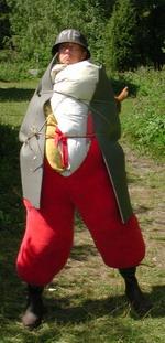 Eric utklädd till påpälsad militärpolis