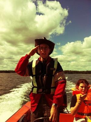 Kapten Eric styr en båt