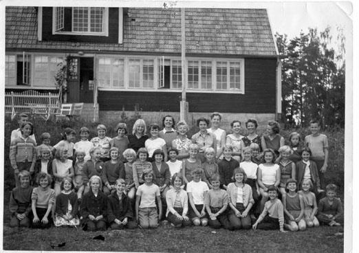 Här är Synsholmens barn och ledare år 1956